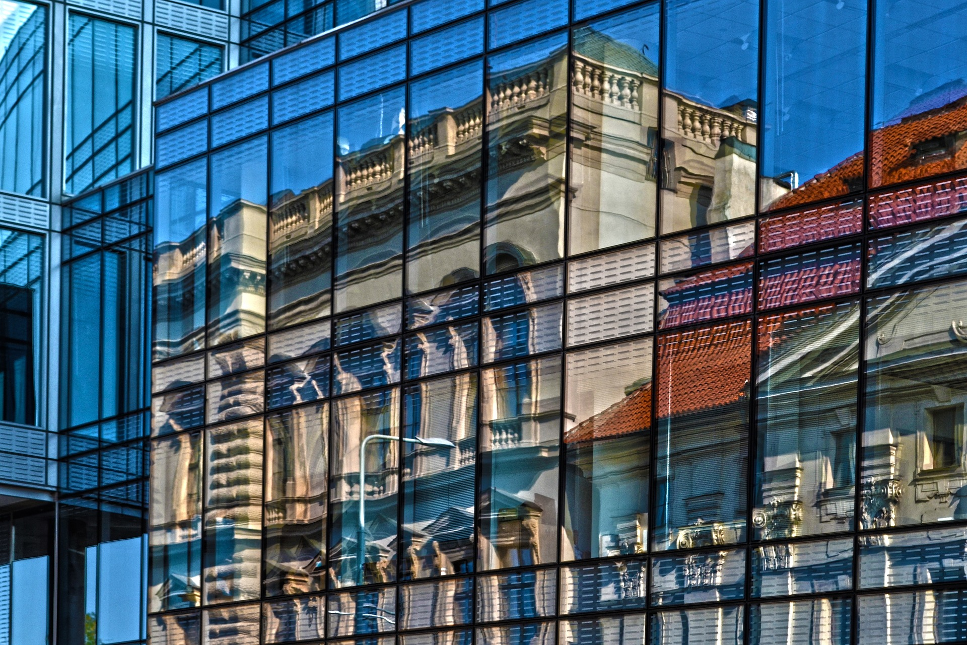 20160519 spiegeling monumenten in gevel